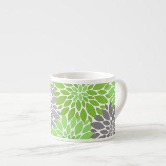 Xícara De Espresso Teste padrão floral dos crisântemos verdes e