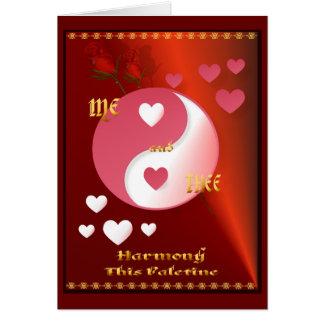Yin e Yang no cartão do rosa quente dos namorados