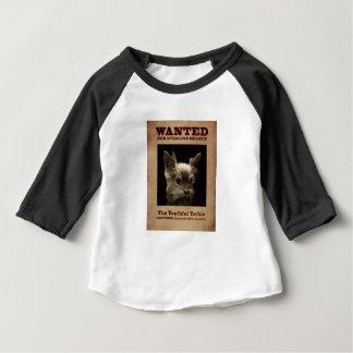 Yorkie jovem quis a camisa da criança