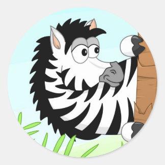 Zebra escondendo adesivo redondo